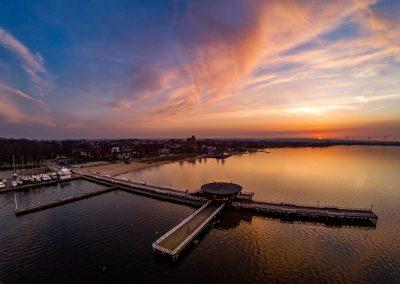 na molo puck dron wieczór zachód słońca